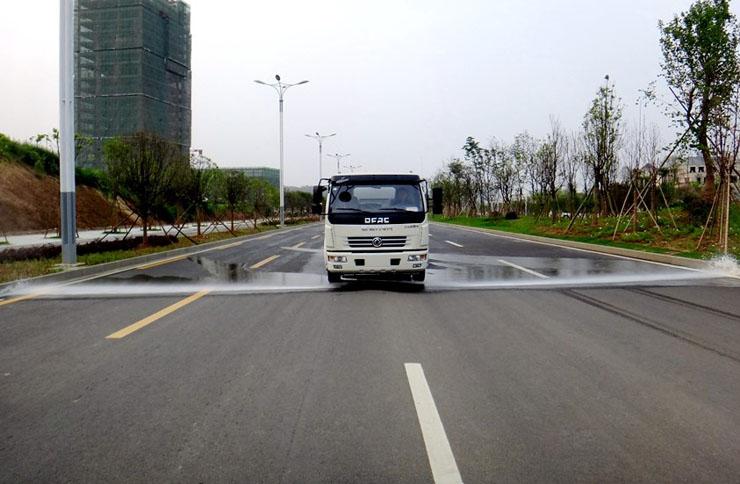东风8吨洒水车作业图片